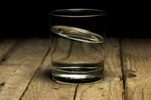 Un verre d'eau avant chaque repas aide à perdre du ventre
